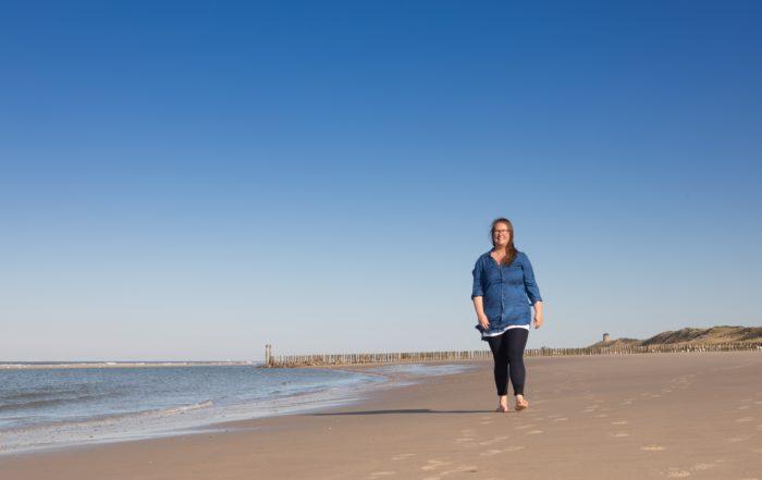 Caja Tameris lopend op een leeg strand